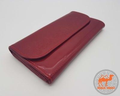 лакированный красный кошелек