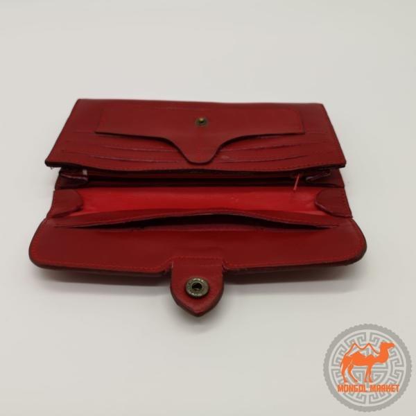 фото красного женского кошелька
